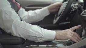 Η παραγνωρισμένη επιτυχής συνεδρίαση ατόμων στο όχημα και επιθεωρεί το πρόσφατα αγορασμένο αυτοκίνητο από τη εμπορία αυτοκινήτων  φιλμ μικρού μήκους
