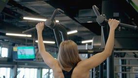 Η παραγωγή γυναικών σηκώνει workout στη σύγχρονη γυμναστική φιλμ μικρού μήκους