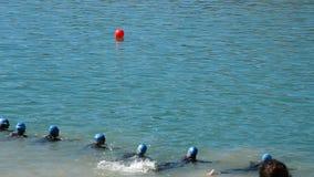 Η παραγωγή συμμετέχει σε ένα triathlon κολυμπά μέσα τη δοκιμή απόθεμα βίντεο