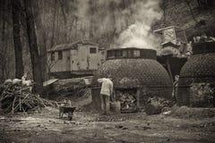 Η παραγωγή του ξυλάνθρακα κατά τρόπο παραδοσιακό στο δάσος Στοκ εικόνα με δικαίωμα ελεύθερης χρήσης