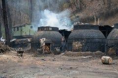 Η παραγωγή του ξυλάνθρακα κατά τρόπο παραδοσιακό στο δάσος Στοκ φωτογραφία με δικαίωμα ελεύθερης χρήσης