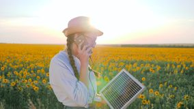 Η παραγωγή δύναμης, τηλέφωνο συζήτησης γυναικών και κρατά τον ηλιακό ακολουθώντας ήλιο μπαταριών για να φορτίσει την μπαταρία, κα απόθεμα βίντεο