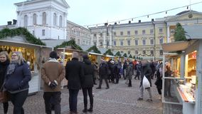 Η παραδοσιακή αγορά διακοπών με το χριστουγεννιάτικο δέντρο, τις διακοσμήσεις και τα παιδιά ` s οδηγά στη Σύγκλητο τετραγωνικό Ελ φιλμ μικρού μήκους