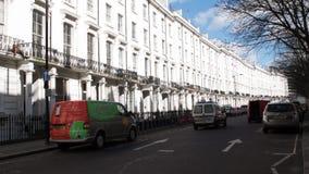 Η παραδοσιακή γειτονιά και rent-a van car του Λονδίνου στάθμευσαν στην οδό απόθεμα βίντεο