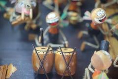 Η παραδοσιακή ταϊλανδική ξύλινη κούκλα παρουσιάζει χειρονομίες, παίζει τη μουσική, κτύπησε τα τύμπανα, υπόβαθρο κρητιδογραφιών στοκ εικόνες