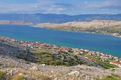 Η παραθεριστική πόλη Pag στην Κροατία από το ύψος της πτήσης πουλιών Στοκ Εικόνες