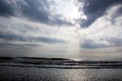 Η παραλία έχει τον άσπρο ουρανό, το γκρίζα σύννεφο και το κύμα Στοκ Φωτογραφία