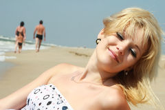 η παραλία απολαμβάνει τη θ στοκ φωτογραφία με δικαίωμα ελεύθερης χρήσης