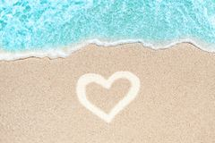 Η παραλία και η άμμος θάλασσας στη θερινή ημέρα με τη μορφή καρδιών αγάπης υπογράφουν επάνω Στοκ εικόνα με δικαίωμα ελεύθερης χρήσης