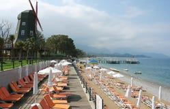 Η παραλία και ο ανεμόμυλος στο τουρκικό ξενοδοχείο. Στοκ Εικόνα