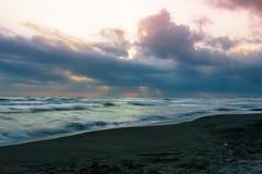 Η παραλία κατά τη διάρκεια μιας νεφελώδους ημέρας στοκ εικόνες με δικαίωμα ελεύθερης χρήσης