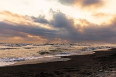 Η παραλία κατά τη διάρκεια μιας νεφελώδους ημέρας στοκ εικόνα με δικαίωμα ελεύθερης χρήσης