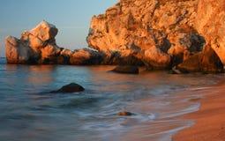 η παραλία λικνίζει το ηλι&o Στοκ εικόνα με δικαίωμα ελεύθερης χρήσης