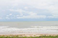Η παραλία με τη χλόη και η θάλασσα με καμία Στοκ Εικόνες