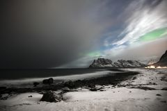 Η παραλία σε Utakleiv σε Vestvaagoy, νησιά Lofoten Βόρεια φω'τα επάνω από Utakleiv στοκ φωτογραφία με δικαίωμα ελεύθερης χρήσης