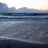 Η παραλία στο ηλιοβασίλεμα με τα ανθρώπινα ίχνη στην άμμο - εικόνα στοκ εικόνες με δικαίωμα ελεύθερης χρήσης