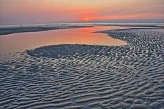 Η παραλία Ambleteuse στο ηλιοβασίλεμα με τα σχέδια στην άμμο στο πρώτο πλάνο, υπόστεγο δ ` Opale, Pas-de-Calais, Hauts de Γαλλία Στοκ Εικόνες