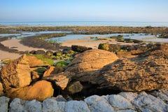 Η παραλία at low tide με τους ζωηρόχρωμους βράχους στο πρώτο πλάνο στην ΚΑΠ Gris Nez, υπόστεγο δ ` Opale, Pas-de-Calais, Hauts de Στοκ εικόνες με δικαίωμα ελεύθερης χρήσης