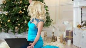 Η Παραμονή Πρωτοχρονιάς, μια όμορφη νέα γυναίκα στο προκλητικό φόρεμα διακοπών, Χριστούγεννα επιθυμεί με τους φίλους που μιλούν μ απόθεμα βίντεο