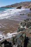 Η παραλία Καλιφόρνια ροντέο λικνίζει τα κύματα και την άμμο Στοκ Φωτογραφίες