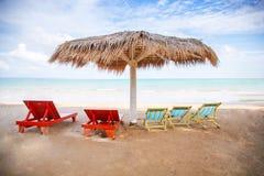 Η παραλία με οι ομπρέλες Στοκ φωτογραφίες με δικαίωμα ελεύθερης χρήσης