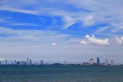 Η παραλία με την πόλη σε Pattaya, Ταϊλάνδη Στοκ Εικόνες