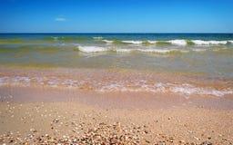 Η παραλία με τη θάλασσα στοκ φωτογραφίες με δικαίωμα ελεύθερης χρήσης