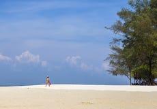 Η παραλία με το υπόβαθρο μπλε ουρανού po DA στο νησί, Ταϊλάνδη Στοκ Εικόνες