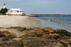 Η παραλία περιβάλλει το φάρο στο Κοννέκτικατ Στοκ εικόνα με δικαίωμα ελεύθερης χρήσης