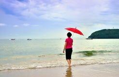 η παραλία που διακοσμείται ανθίζει τη γυναίκα καπέλων κοριτσιών Στοκ Φωτογραφία
