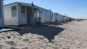 Η παραλία στεγάζει τις εν πλω διακοπές στοκ εικόνα