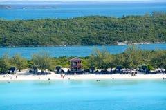Η παραλία στη μισή κοραλλιογενή νήσο φεγγαριών στις Μπαχάμες Στοκ Εικόνες