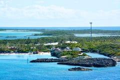 Η παραλία στη μισή κοραλλιογενή νήσο φεγγαριών στις Μπαχάμες Στοκ εικόνες με δικαίωμα ελεύθερης χρήσης