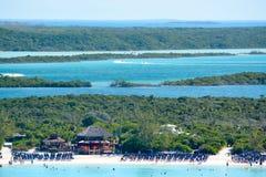 Η παραλία στη μισή κοραλλιογενή νήσο φεγγαριών στις Μπαχάμες Στοκ Εικόνα