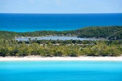 Η παραλία στη μισή κοραλλιογενή νήσο φεγγαριών στις Μπαχάμες Στοκ φωτογραφία με δικαίωμα ελεύθερης χρήσης