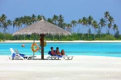 Η παραλία των Μαλδίβες κάνει ηλιοθεραπεία Στοκ Φωτογραφία