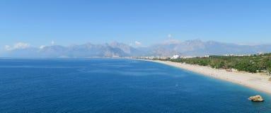 Η παραλία χαλικιών Konyaalti και τα Taurus βουνά σε Antalya, Τουρκία Στοκ Εικόνα