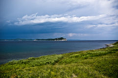 Η παραλία gras στο δραματικό υπόβαθρο ουρανού Στοκ εικόνα με δικαίωμα ελεύθερης χρήσης