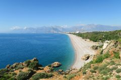 Η παραλία Konyaalti σε Antalya με τα Taurus βουνά Στοκ Φωτογραφία