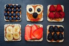 Η παραλλαγή των υγιών ψωμιών καλαμποκιού προγευμάτων φυστικοβουτύρου με είναι στοκ φωτογραφία με δικαίωμα ελεύθερης χρήσης