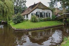 Η παραδοσιακή αγροικία με το α η στέγη σε Giethoorn, γνωστό ως ολλανδική Βενετία Στοκ φωτογραφία με δικαίωμα ελεύθερης χρήσης