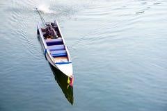 Η παραδοσιακή βάρκα μηχανών τρέχει στον ποταμό Kwai (Khwae) σε Kanchanaburi Στοκ φωτογραφίες με δικαίωμα ελεύθερης χρήσης