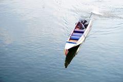 Η παραδοσιακή βάρκα μηχανών τρέχει στον ποταμό Kwai (Khwae) σε Kanchanaburi Στοκ Φωτογραφίες