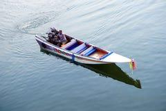 Η παραδοσιακή βάρκα μηχανών τρέχει στον ποταμό Kwai (Khwae) σε Kanchanaburi Στοκ εικόνες με δικαίωμα ελεύθερης χρήσης