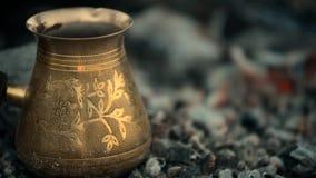 Η παραδοσιακή διαδικασία βράζει τον τουρκικό καφέ στους άνθρακες απόθεμα βίντεο