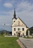 Η παραδοσιακή καθολική εκκλησία στο χωριό Bohinjska Bela αιμορράγησε πλησίον, Σλοβενία Στοκ εικόνες με δικαίωμα ελεύθερης χρήσης