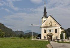 Η παραδοσιακή καθολική εκκλησία στο χωριό Bohinjska Bela αιμορράγησε πλησίον, Σλοβενία Στοκ Φωτογραφία