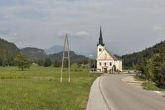 Η παραδοσιακή καθολική εκκλησία στο χωριό Bohinjska Bela αιμορράγησε πλησίον, Σλοβενία Στοκ Εικόνες