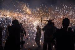 Η παραδοσιακή πυρκαγιά correfocs τρέχει την απόδοση Σκιαγραφίες των συμμετεχόντων Στοκ Εικόνες