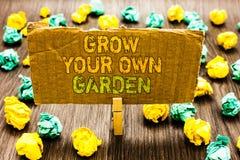 Η παρουσίαση σημαδιών κειμένων αυξάνεται τον κήπο σας Η εννοιολογική οργανική κηπουρική φωτογραφιών συλλέγει το προσωπικό πιάσιμο στοκ εικόνες